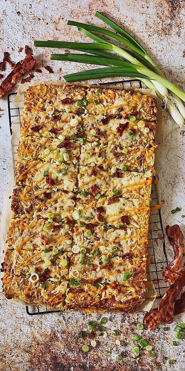 Cheesy Cauliflower Breadsticks mit Bacon & Sriracha Mayo