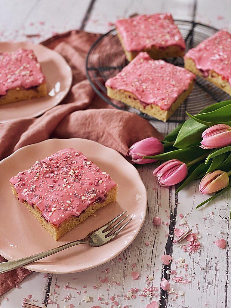 Himbeerkuchen vom Blech mit rosa Herzchen-Streusel-Frosting