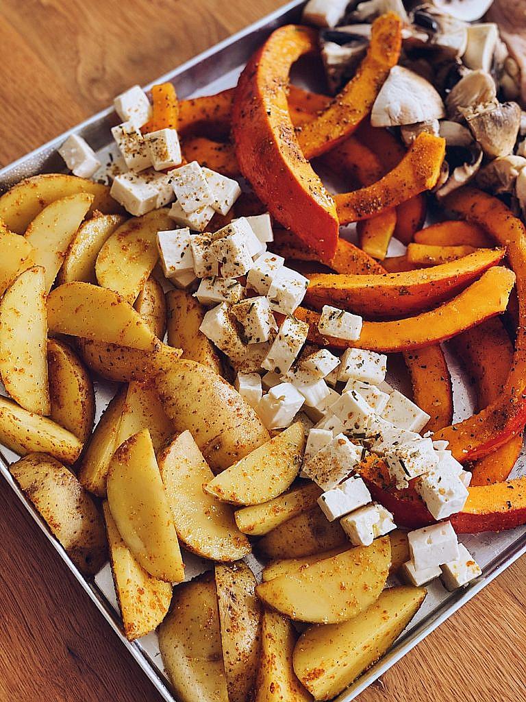 Country Huhn vom Blech mit Kartoffelwedges, Kürbis, Pilzen & Feta