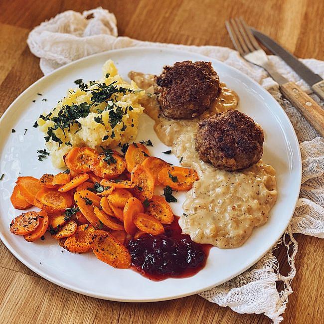 Fleischküchle mit Kartoffelstampf, Backofenkarotten & Senfsoße